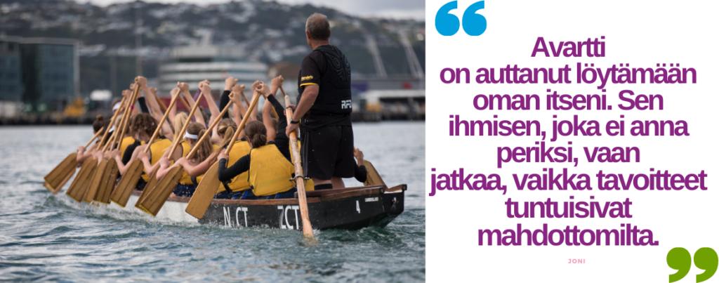 """Kanootti vedessä, jossa useita nuoria sekä ohjaaja. Sitaatti: """"Avartti on auttanut löytämään oman itseni. Sen ihmisen, joka ei anna periksi, vaan jatkaa, vaikka tavoitteet tuntuisivat mahdottomilta."""" -Joni"""